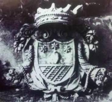 Fig. 4 – Francavilla Fontana, Villa Carissimo, particolare dello stemma. Cfr. R. POSO, F. CLAVICA (a cura di), Francavilla Fontana: architettura e immagine, Galatina 1990.