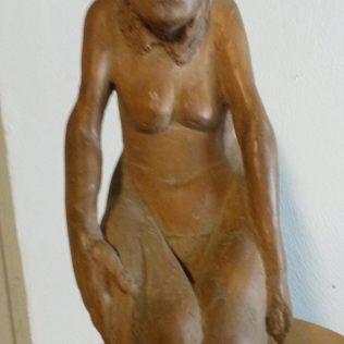 femme accroupie sculpture bois