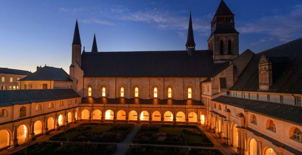 Cloitre de l'abbaye de Fontevraud de nuit