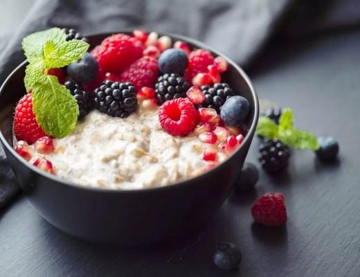Einfach nur lecker: Porridge mit Himbeeren, Brombeeren, Granatapfelkernen und Minze