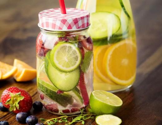 Im Sommer mache ich mir mein Wasser gerne mithilfe von Früchten und Kräutern wie Minze schmackhaft