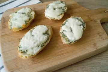 Knoflookbroodjes met mozzarella | Foodaholic.nl