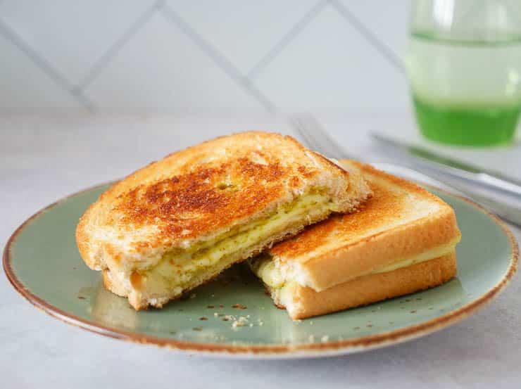 Tosti pesto en kaas | Foodaholic.nl