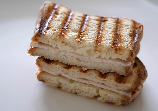 Tosti met smeerkaas en kipfilet | Foodaholic.nl