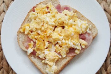 Broodje roerei met ontbijtspek | Foodaholic.nl