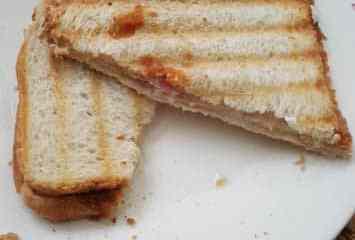 Tosti met geitenkaas en ontbijtspek   Foodaholic.nl