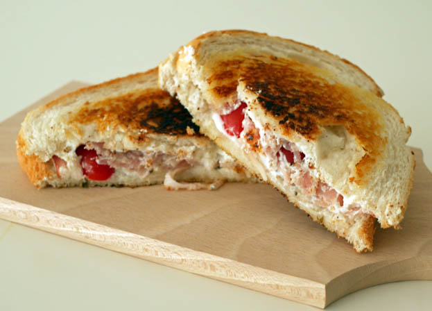 Tosti met geitenkaas, bacon, tomaat en basilicum | Foodaholic.nl