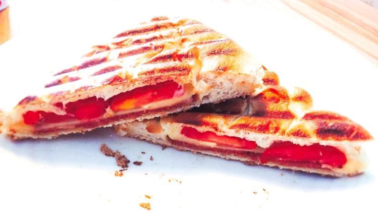 Tosti van Turks brood met sucuk, kaas en tomaat | Foodaholic.nl