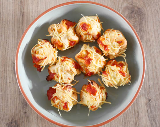Mini pizza muffins met salami | Foodaholic.nl