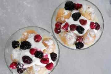 Toetje met cake, soesjes en fruit | Foodaholic.nl