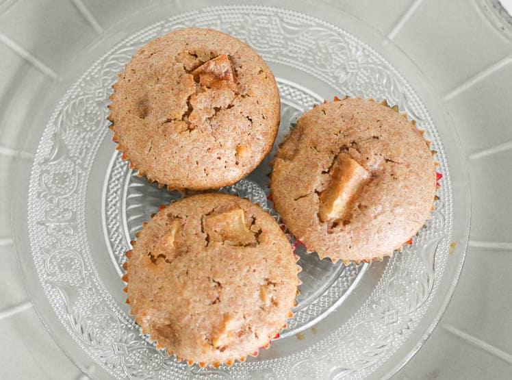 Speltcakejes met appel en kaneel. Heerlijk bij een kopje koffie of thee.