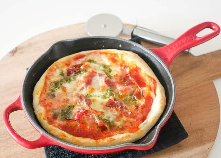 Panpizza met serranoham, mozzarella en pesto | Foodaholic.nl