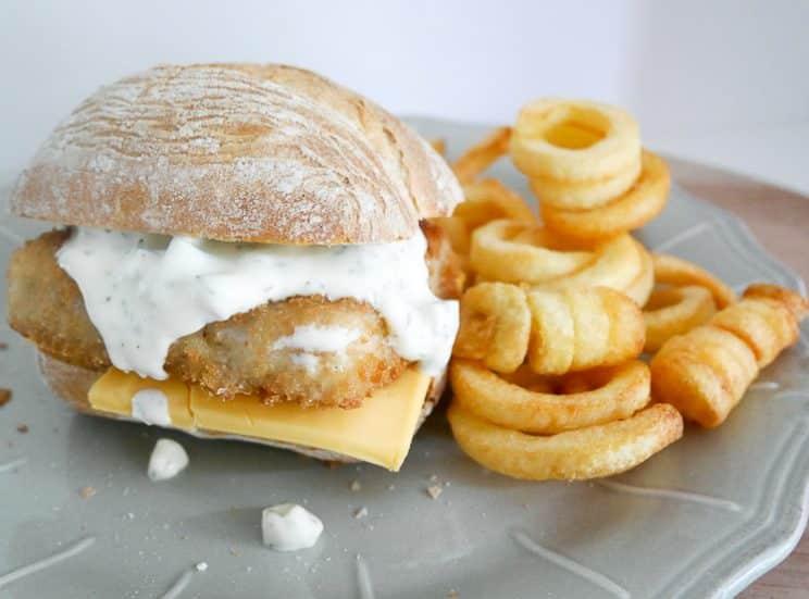 Visburger met cheddar en een lekker sausje | Foodaholic.nl