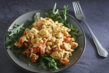 Roerei met tomaatjes en rucola | Foodaholic.nl