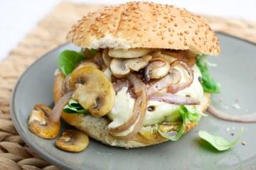 Broodje hamburger met oude kaas en truffelmayonaise | Foodaholic.nl