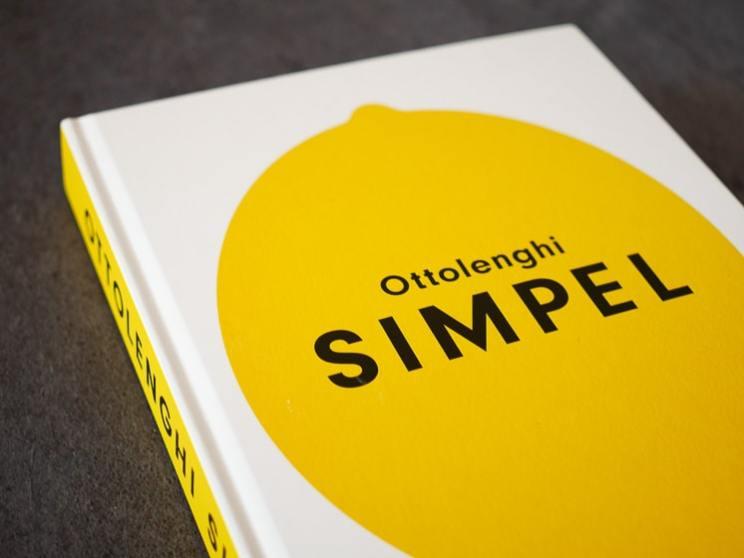 Amandelcake met bosbessen en citroen uit SIMPEL Ottolenghi | Foodaholic.nl