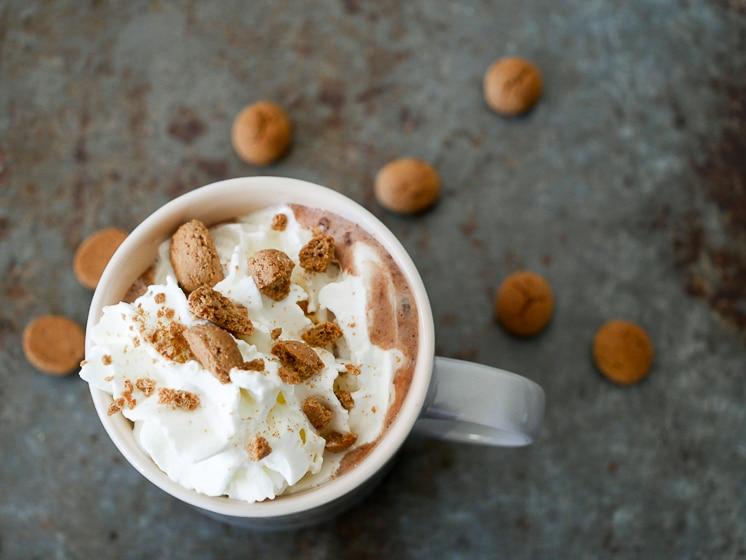 Warme chocolademelk met speculaaskruiden en kruidnoten | Foodaholic.nl