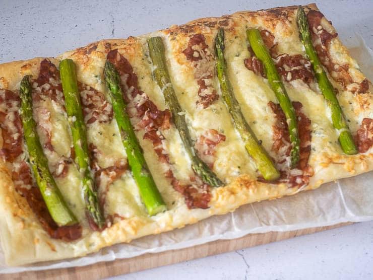 Plaattaart met groene asperges, ricotta en bacon   Foodaholic.nl