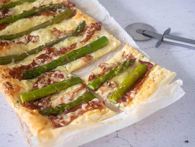 Plaattaart met groene asperges, ricotta en bacon | Foodaholic.nl