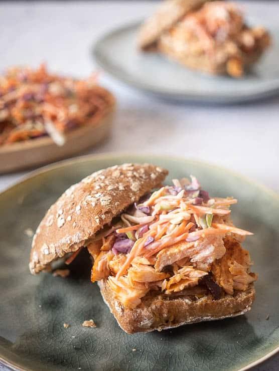 Broodje pulled salmon met koolsla | Foodaholic.nl