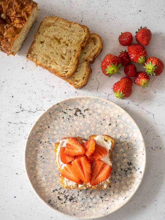 Suikerbrood met mascarpone en aardbeien   Foodaholic.nl