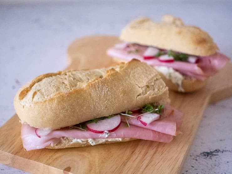 Broodje met beenham en kruidenroomkaas | Foodaholic.nl
