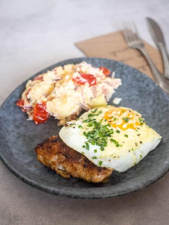 Kalfsschnitzel met een gebakken ei | Foodaholic.nl