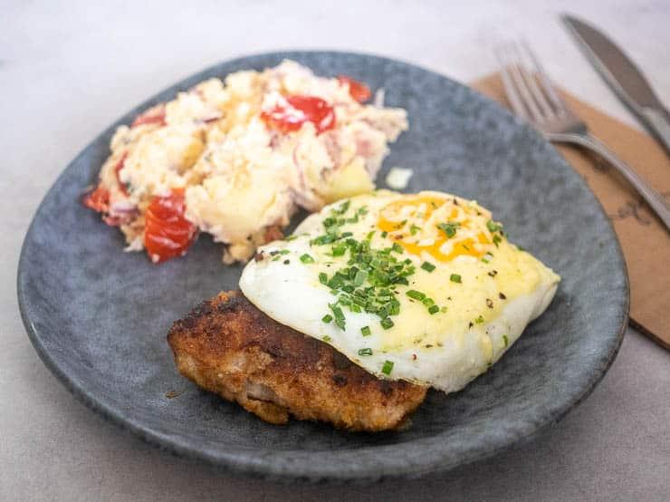 Kalfsschnitzel met een gebakken ei