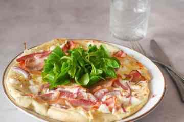 Courgettepizza met geitenkaas en spek | Foodaholic.nl