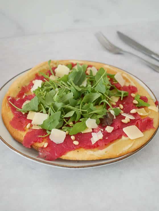 Bloemkoolbodem pizza met carpaccio | Foodaholic.nl