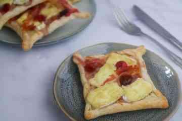 Plaattaartjes met brie, pancetta en cranberry | Foodaholic.nl