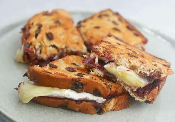 Tosti van krentenbrood met brie en blauwe bessen | Foodaholic.nl