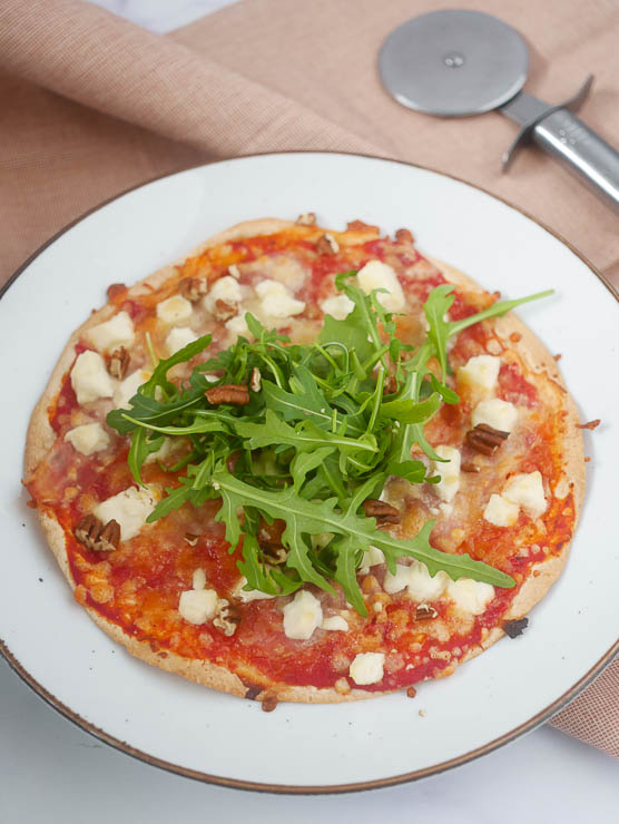 Tortilla pizza met geitenkaas en spek | Foodaholic.nl