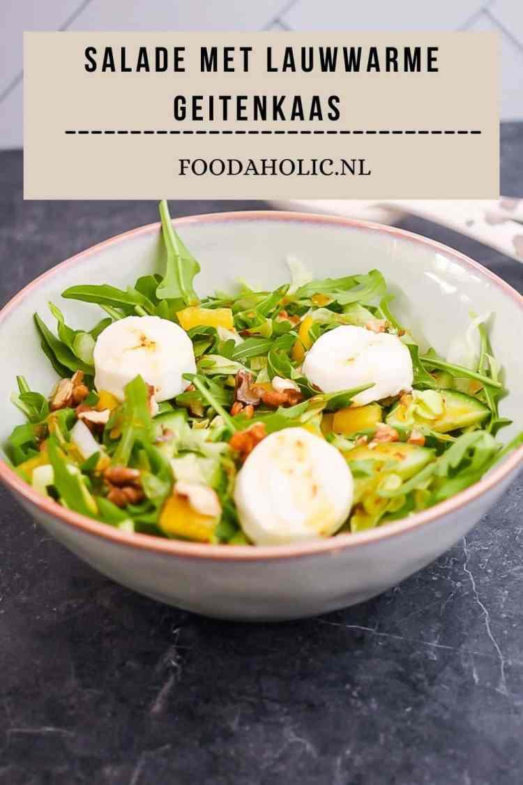 Salade met lauwwarme geitenkaas, walnoten en honing-mosterddressing - Pinterest | Foodaholic.nl