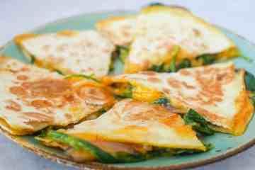 Quesadilla met cheddar en pittige spinazie | Foodaholic.nl