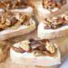 Crostini met geitenkaas, gekarameliseerde ui en walnoten   Foodaholic.nl