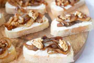 Crostini met geitenkaas, gekarameliseerde ui en walnoten | Foodaholic.nl