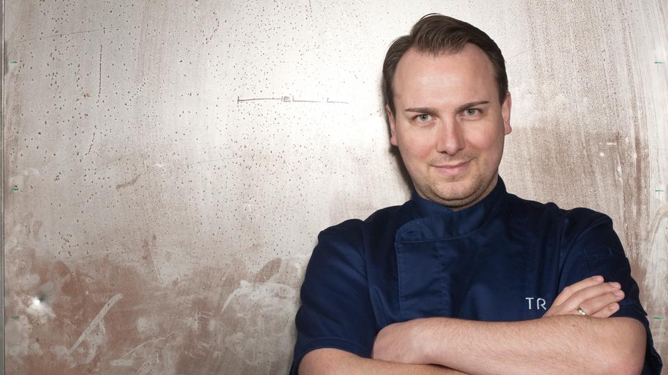 Tim Raue vor der Türe zu seiner Küche, Tim Raue Restaurant, Berlin, 10/2010