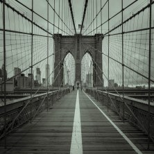 Auf der Brooklyn Bridge.