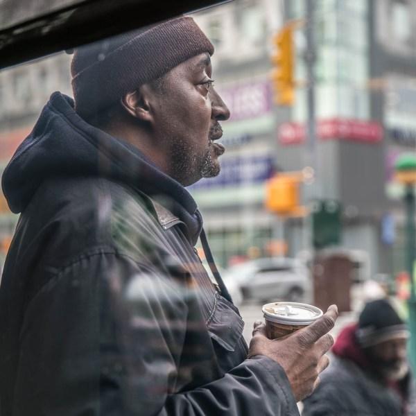 """Mann mit """"coffee to go"""" Becher in Harlem"""
