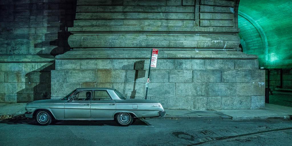 Parkendes Auto unterhalb der Brooklyn Bridge.