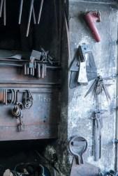 Werkzeuge, sauber aufgereiht an der Wand.