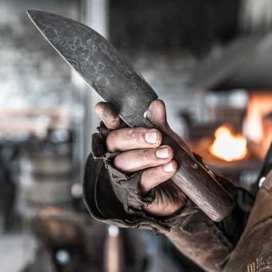 Ruaridh Pooler prüft ein Messer