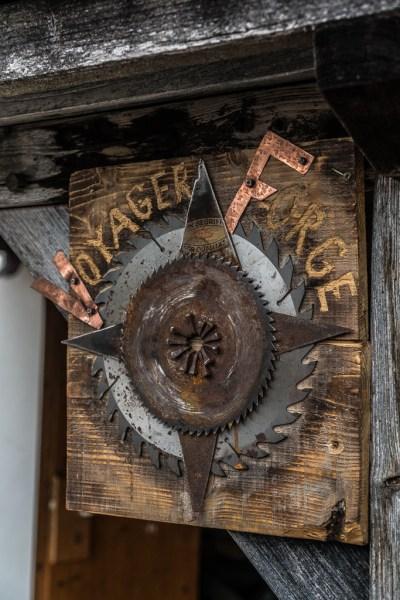 Das Logo von Ruaridh Pooler am Eingang der Schmiede: Voyager Forge