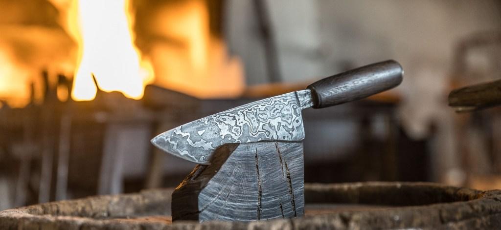 Ein Messer präsentiert auf dem Holzklotz