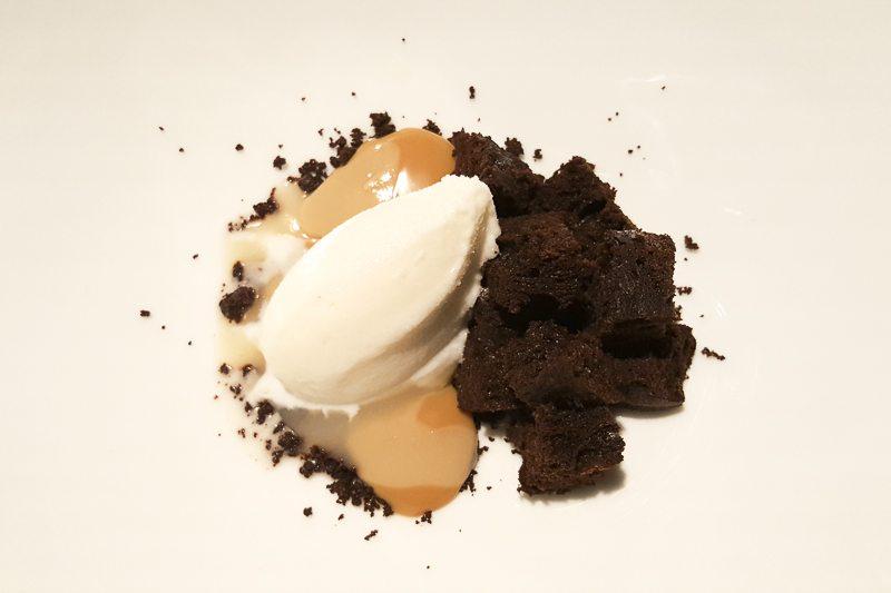 Roca blanda de chocolate c. dulce de leche y helado de queso de cabra Manairó