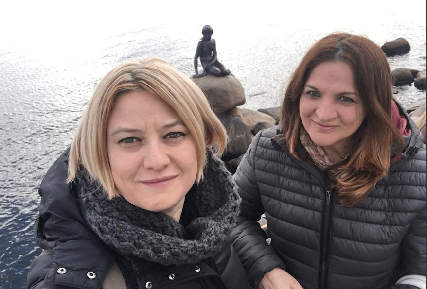 Due viaggiatrici: Moira e Raffaella con la Sirenetta di Copenhagen