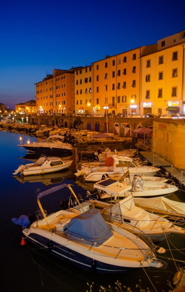 barche ormeggiate davanti alla Fortezza di Livorno
