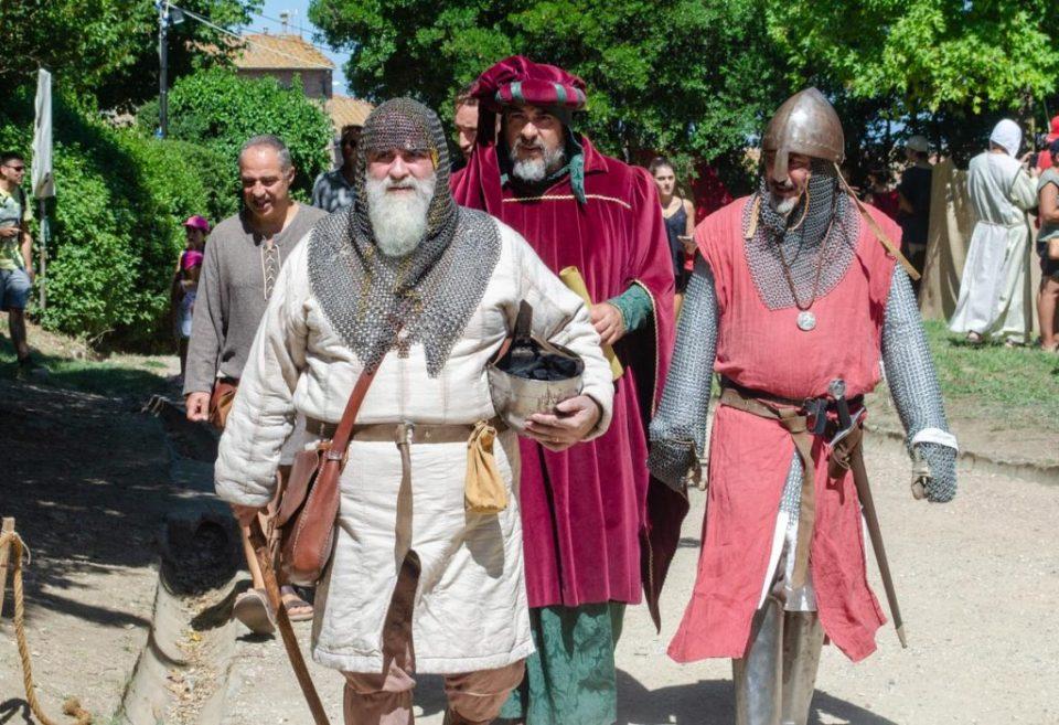 cavalieri in visita agli accampamenti | volterra 1398