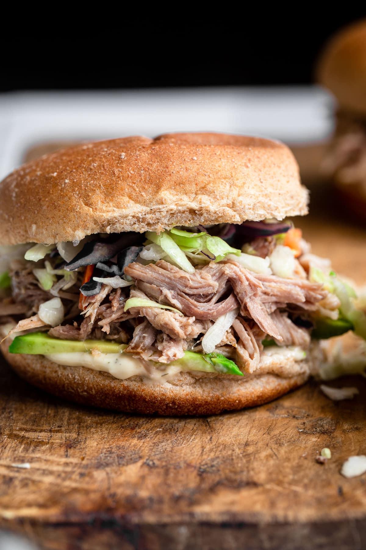 close up de sanduíche de carne de porco desfiada com ceto